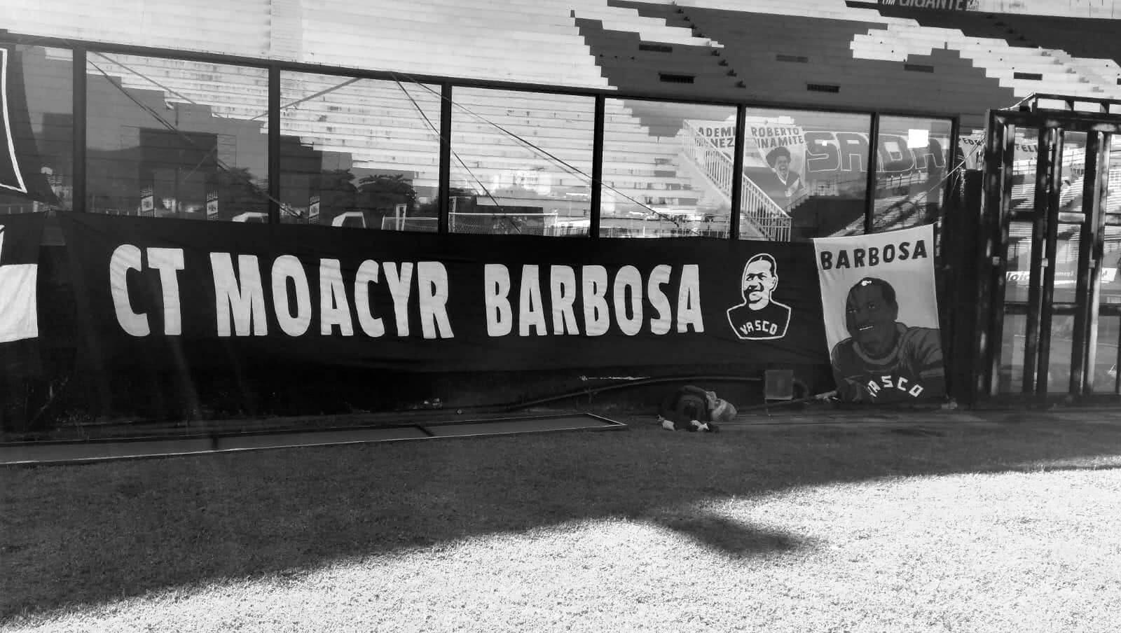 Faixa em São Januário pedindo que CT passe a se chamar Moacyr Barbosa