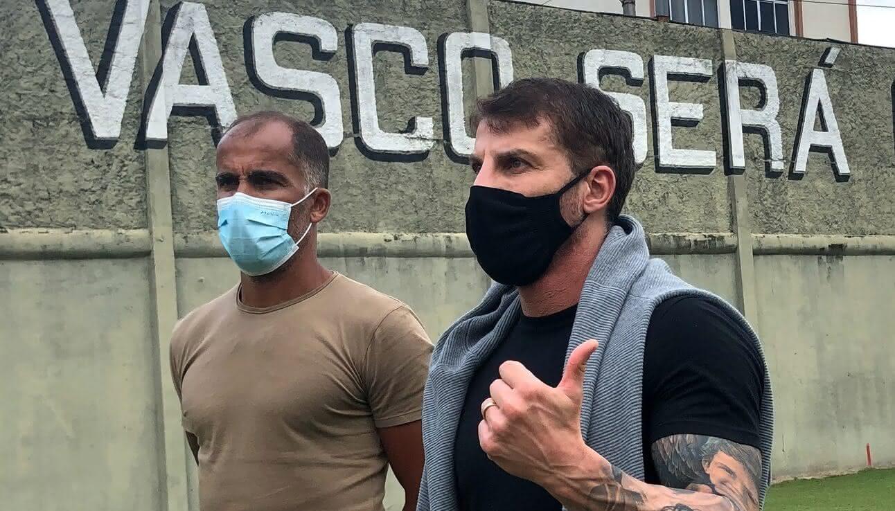Felipe e Pedrinho em visita a São Januário