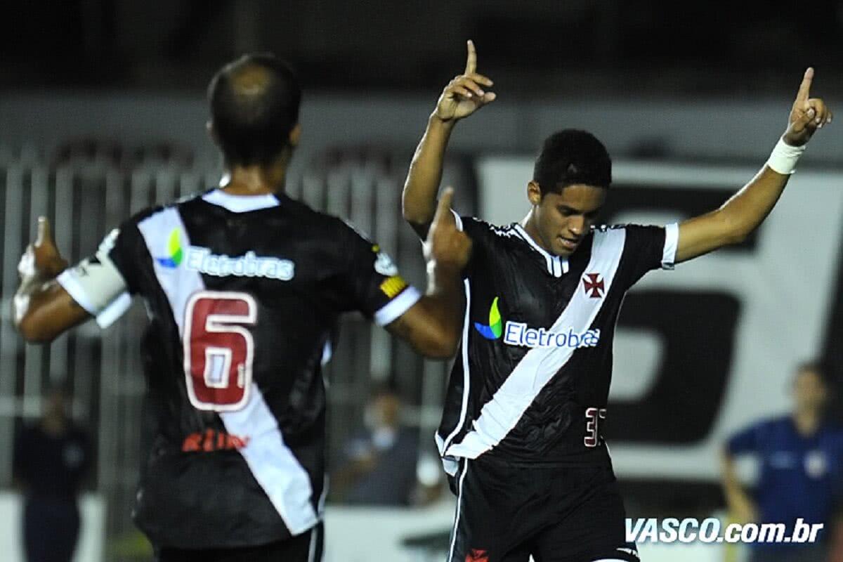 Romulo comemorando gol pelo Vasco em 2010 após passe de Felipe