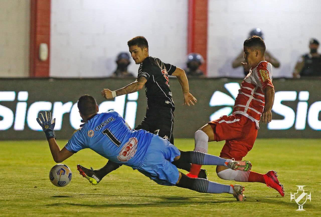 Gabriel Pec marca contra o Tombense