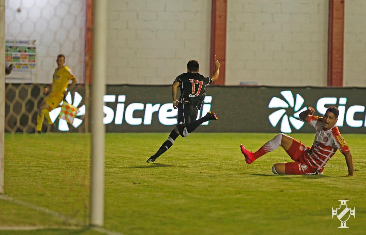 Gabriel Pec comemorando gol contra o Tombense