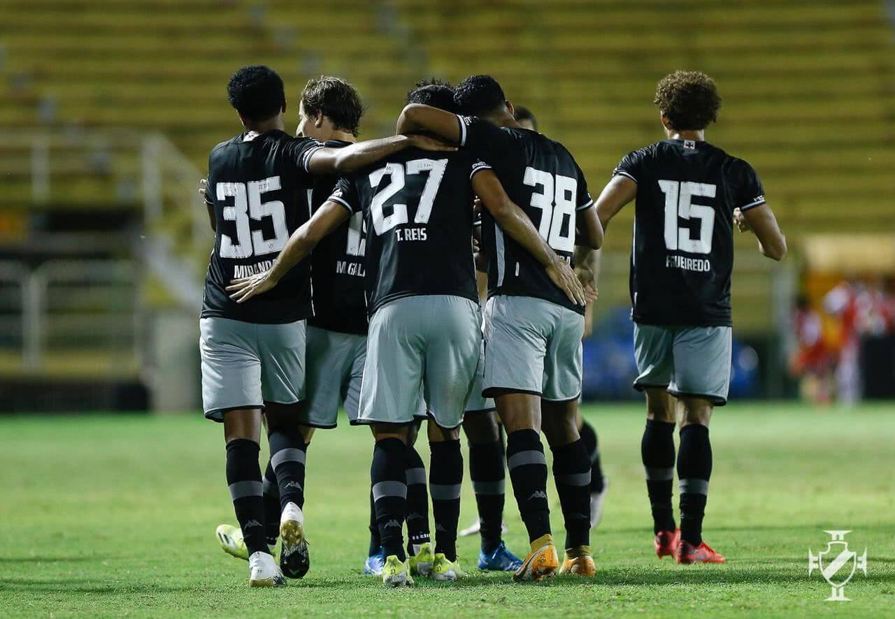 Jogadores do Vasco comemorando gol contra o Bangu
