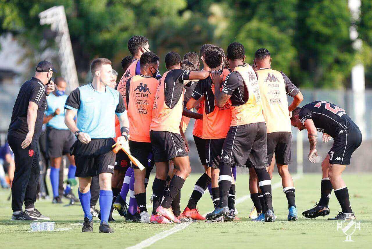 Jogadores do Vasco comemorando gol contra o Resende