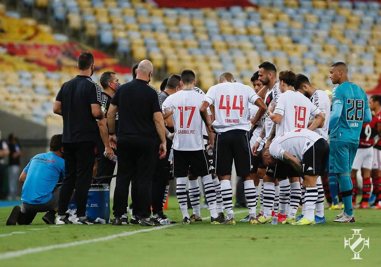 Jogadores do Vasco durante o jogo contra o Flamengo