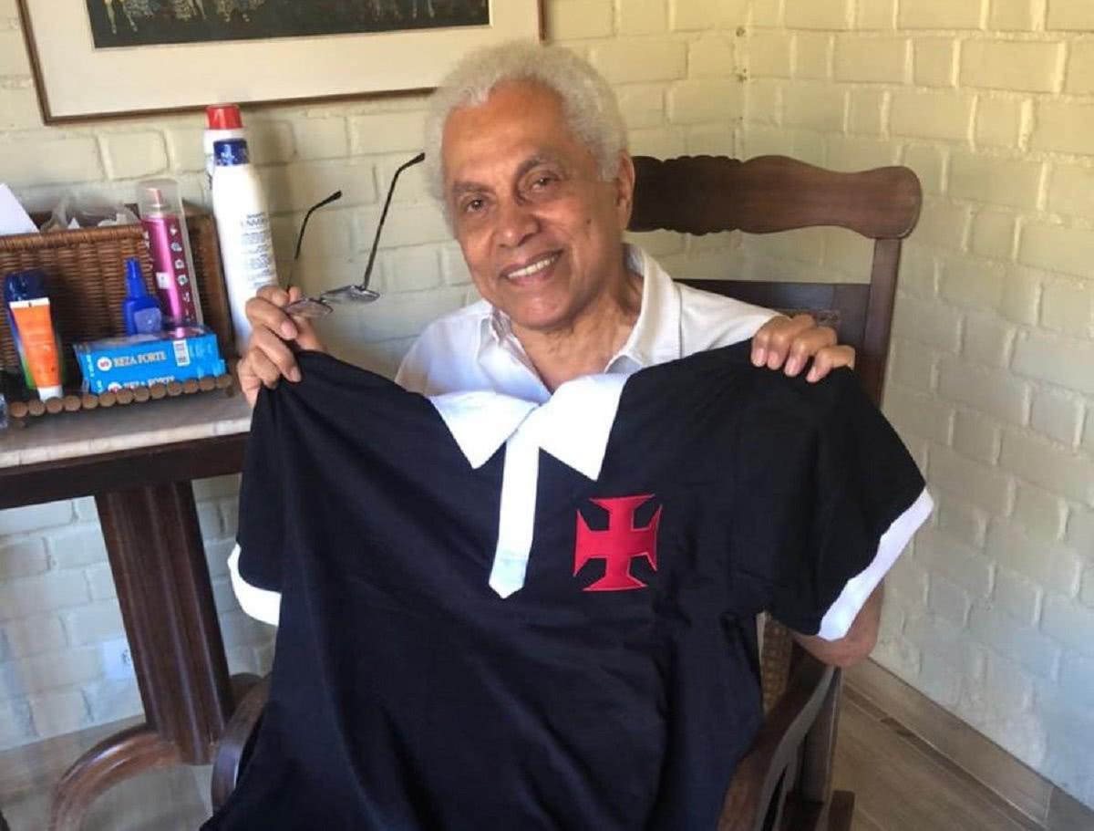 Paulinho da Viola com camisa do Vasco de 1923