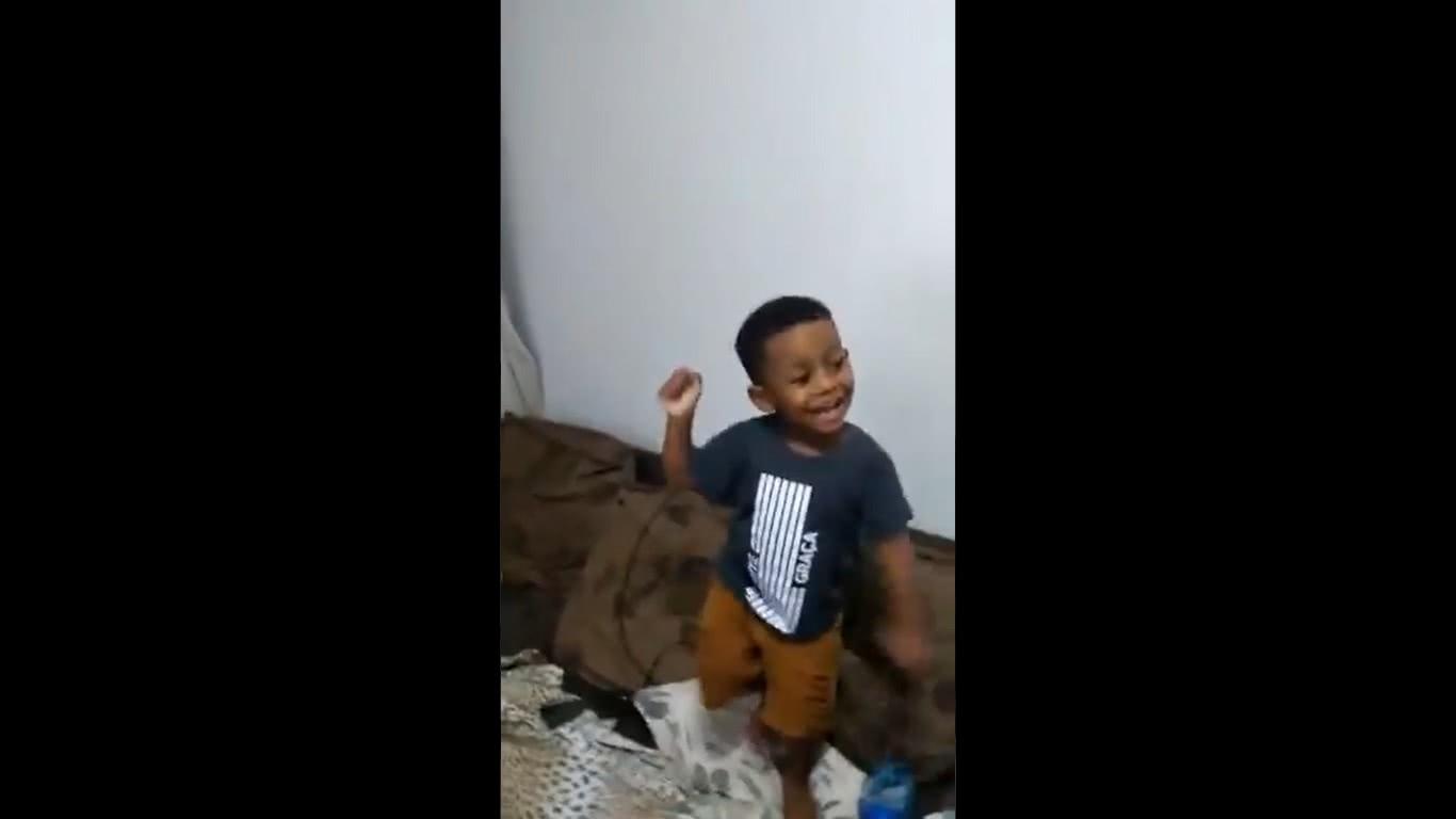 Pequeno vascaíno cantando hino do Vasco