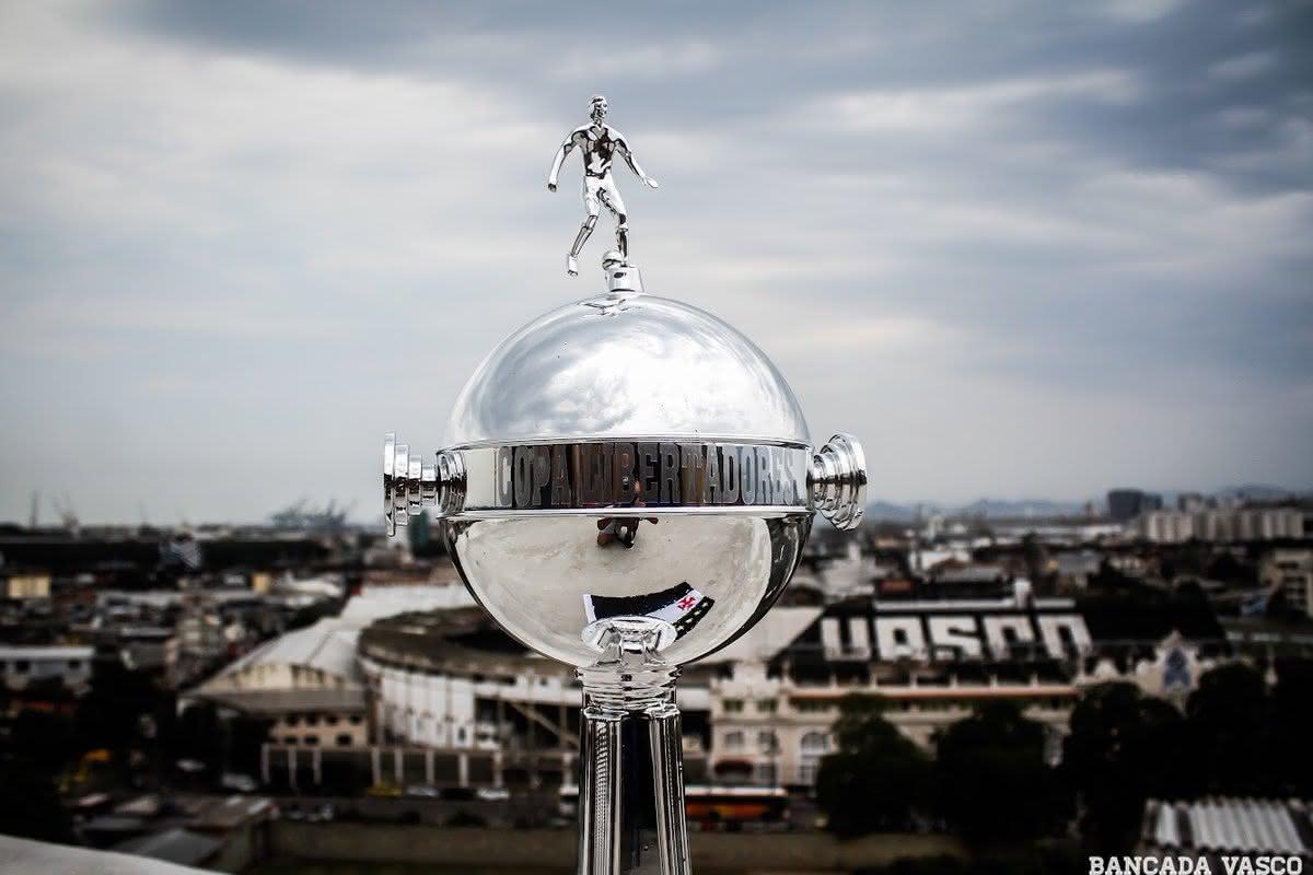 Troféu da Libertadores com São Januário ao fundo