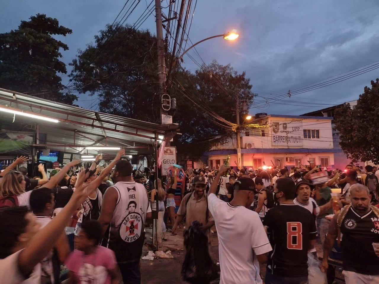 Torcedores do Vasco da Gama em São Januário (Foto: