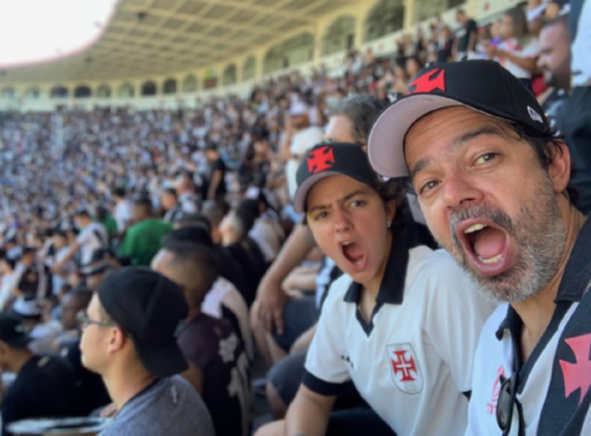 Bruno Mazzeo e o filho em jogo do Vasco em São Januário