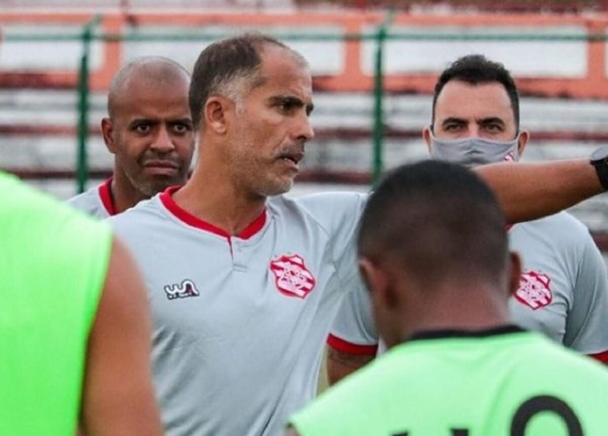 Felipe Maestro comandando primeiro treino no Bangu, em 12 de maio de 2021