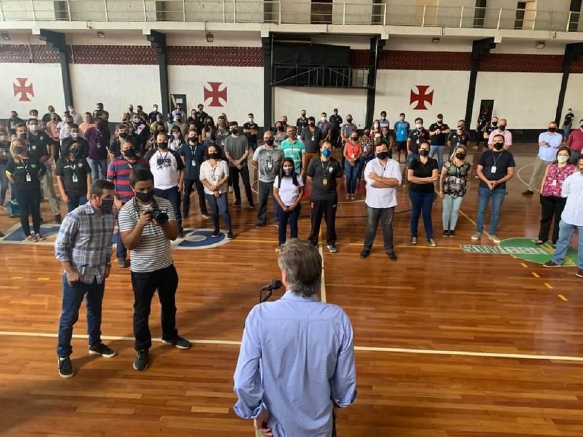 Presidente Jorge Salgado conversando com funcionários do Vasco no ginásio de São Januário