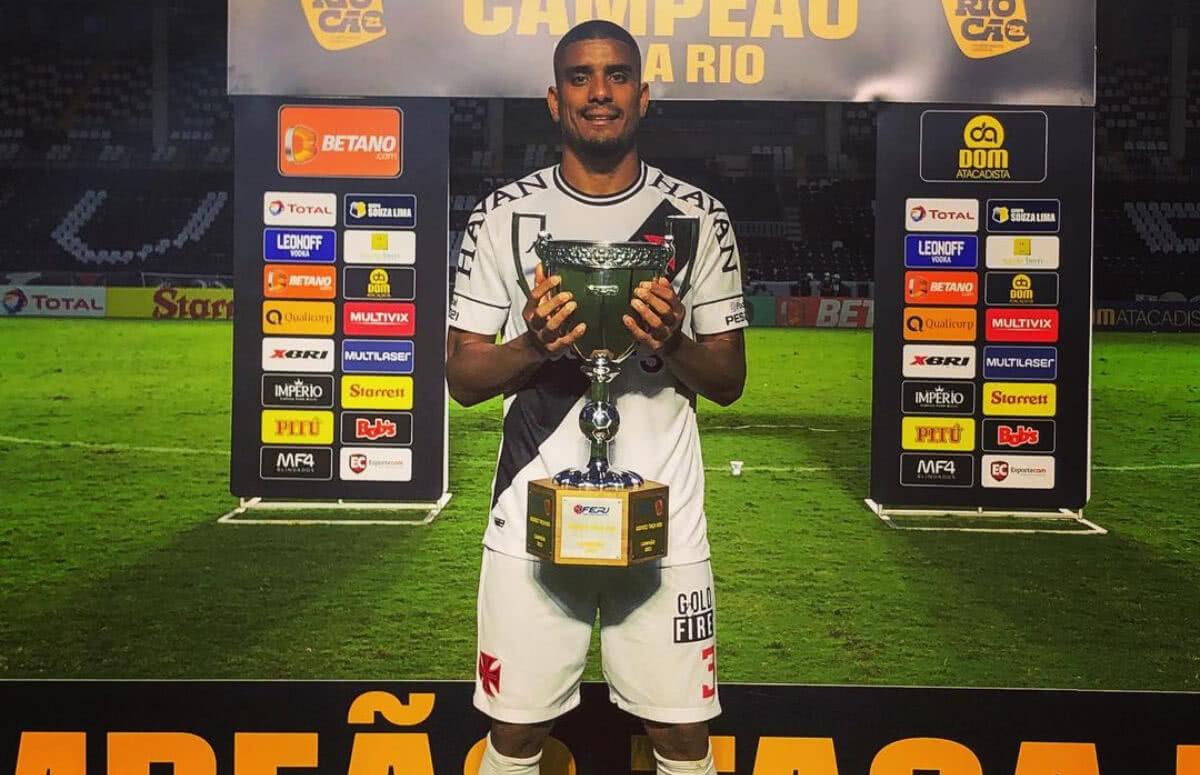 Léo Matos com o troféu da Taça Rio