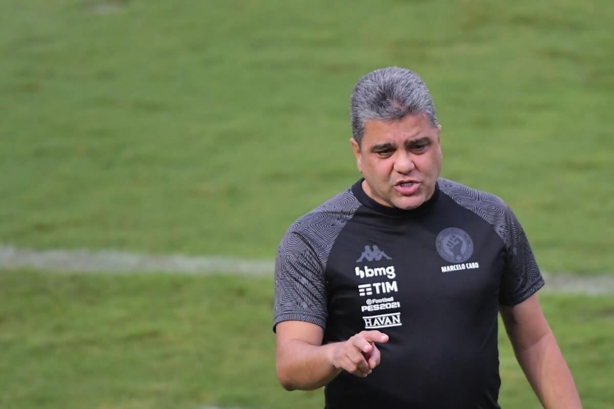 Marcelo Cabo orientando o time contra o Madureira
