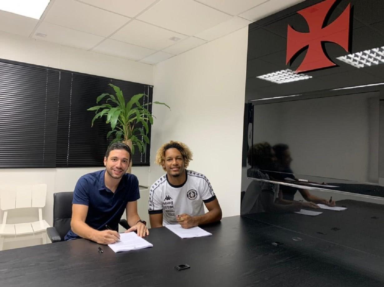 MT ao lado de Pássaro na assinatura do contrato com o Vasco