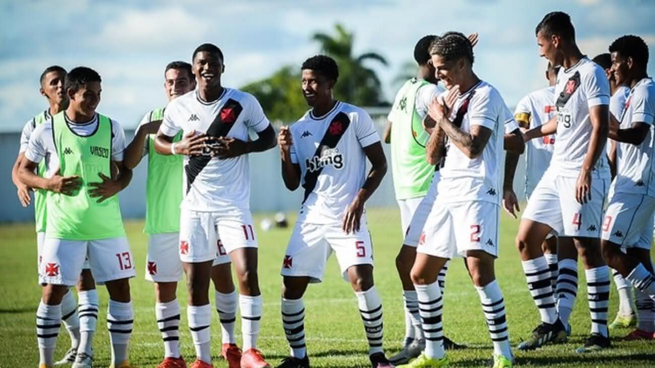 Jogadores do Vasco comemorando gol contra o São Raimundo-RR na Copa do Brasil Sub-20