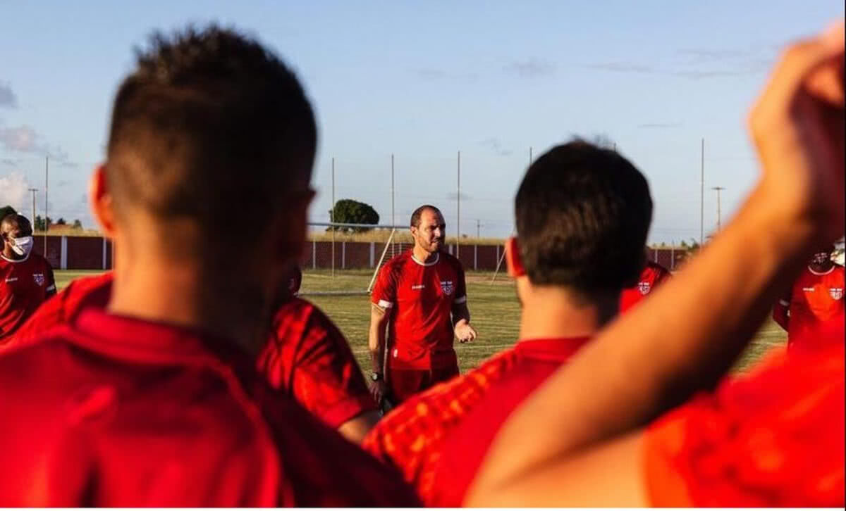 Allan Aal durante treino do CRB