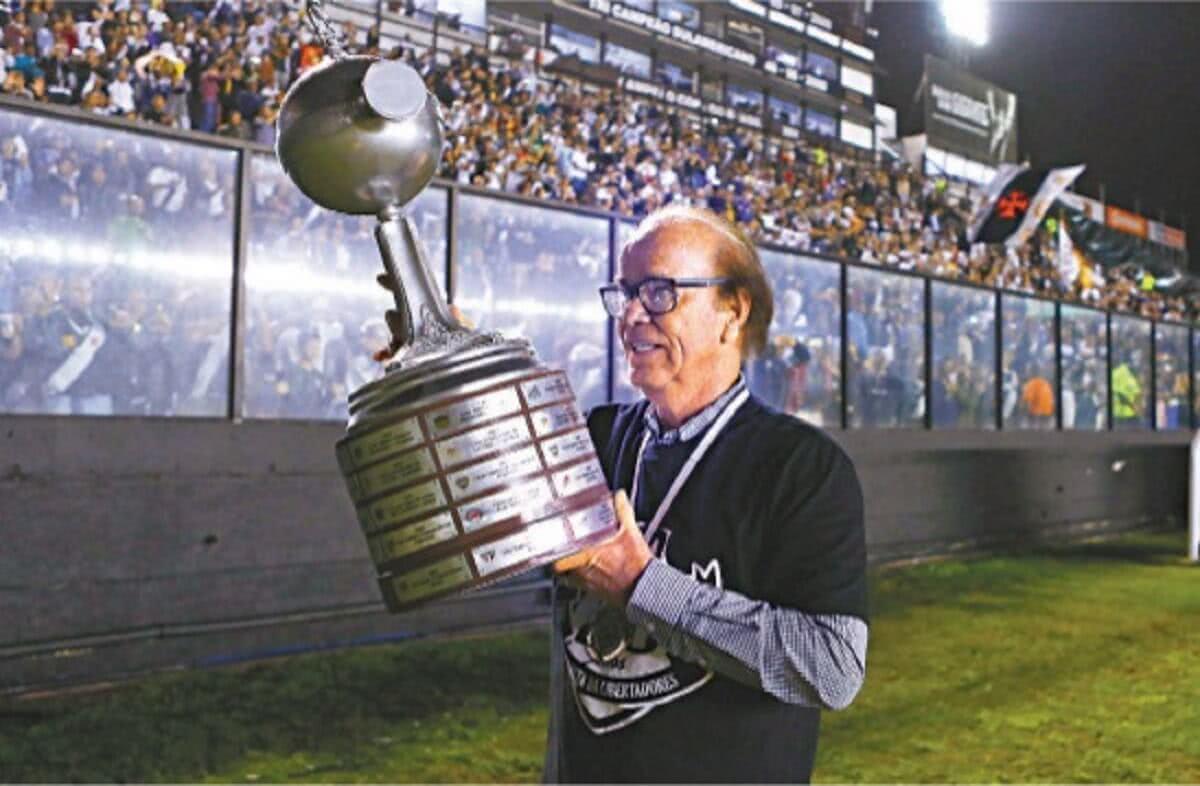 Antônio Lopes com a taça da Libertadores conquistada pelo Vasco em 1998 no gramado de São Januário