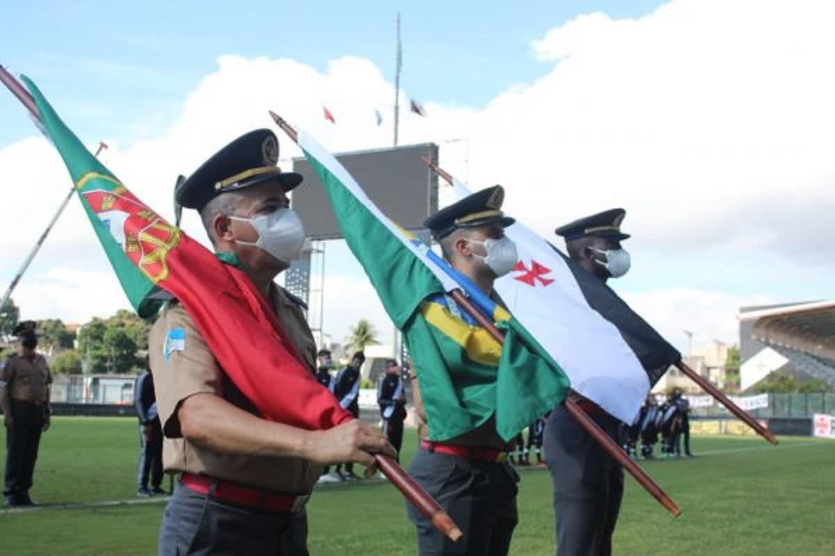 Bandeiras, de Portugal, Brasil e Vasco em São Januário