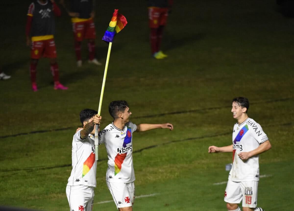 Cano ergue a bandeira do arco-íris ao comemorar gol contra o Brusque