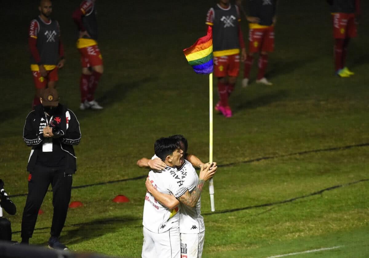 Cano comemorando gol contra o Brusque
