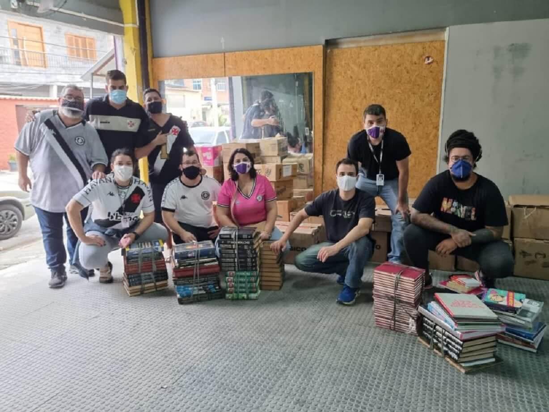 Vasco realiza entrega de livros para bibliotecas comunitárias