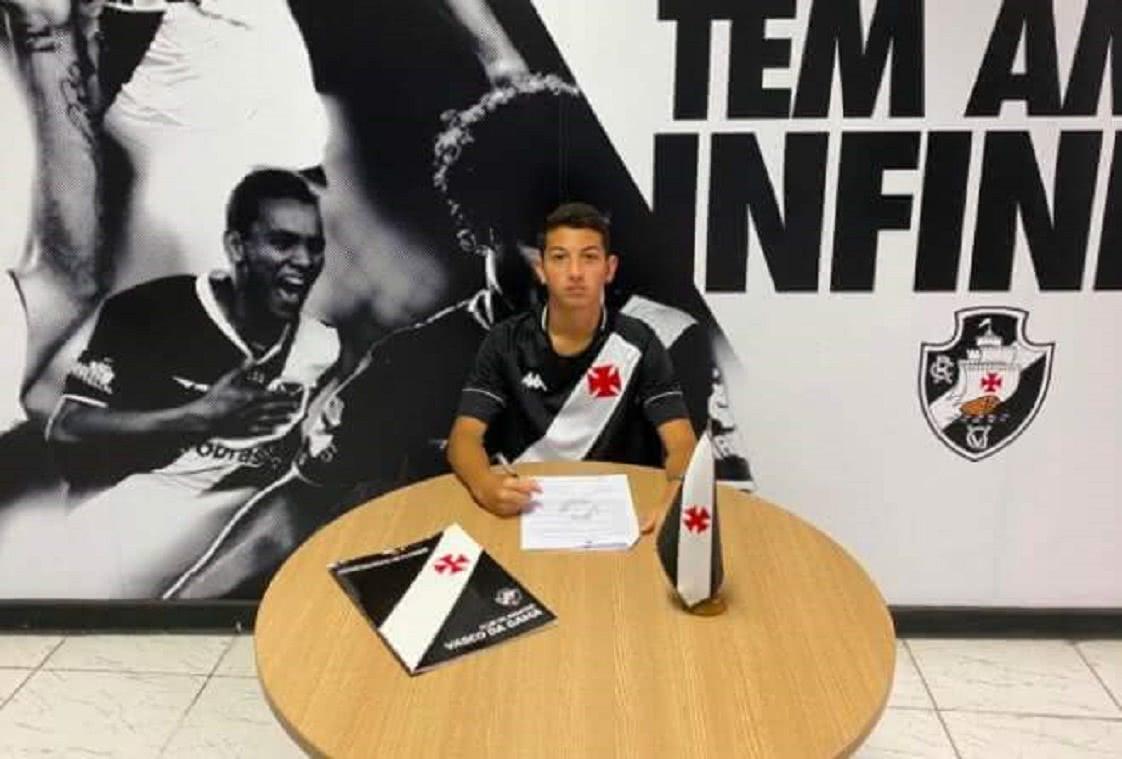 Guilherme Esteves em assinatura de contrato com o Vasco