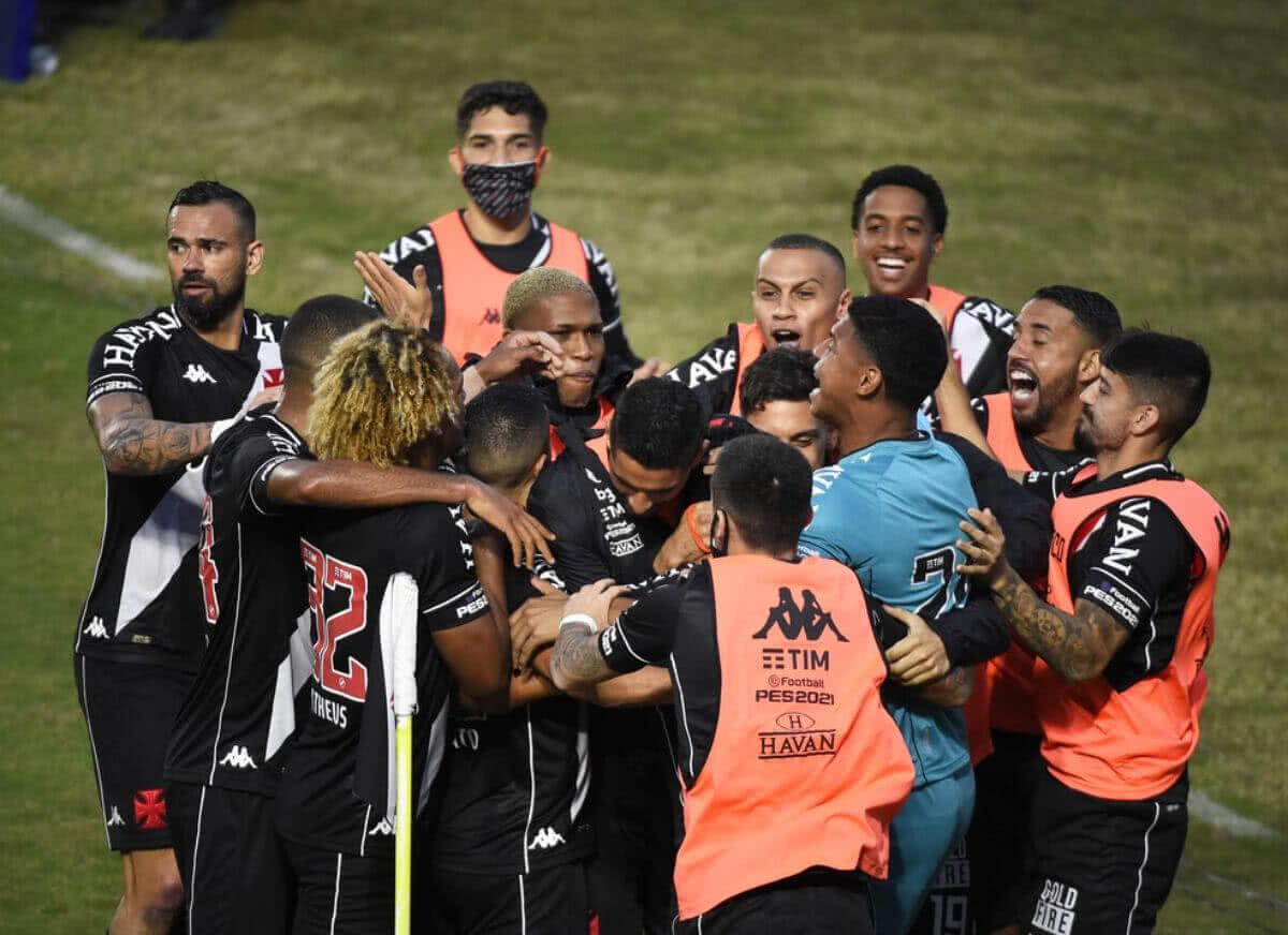 Jogadores do Vasco comemorando gol contra o CRB