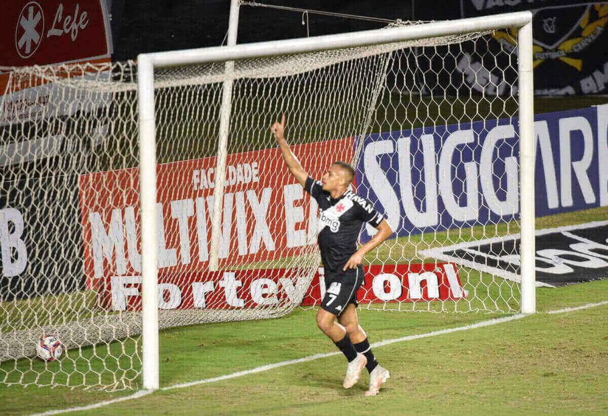Léo Jabá comemora gol contra o CRB