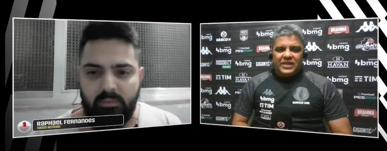 Repórter Raphael Fernandes e técnico Marcelo Cabo em coletiva na Vasco TV