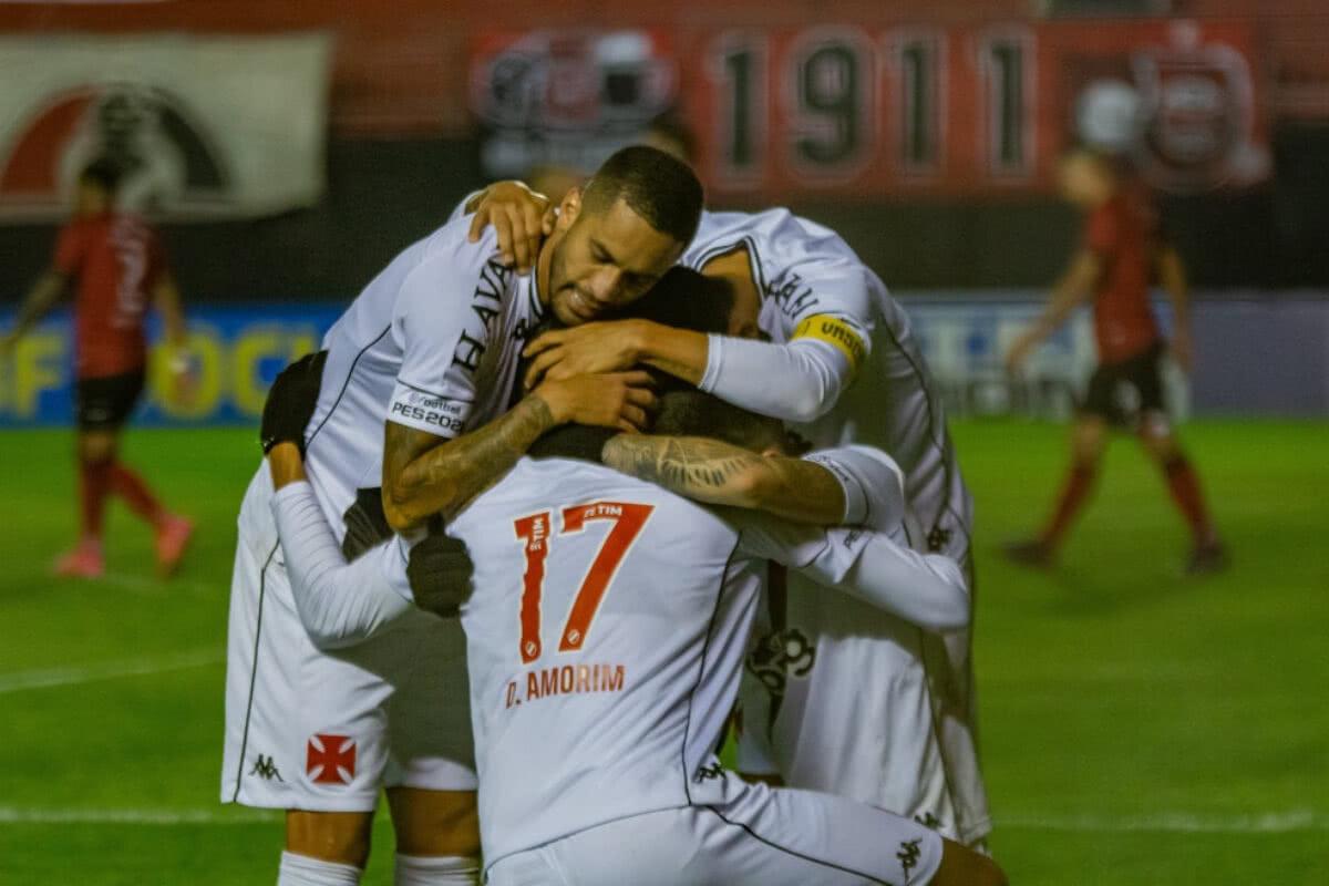 Jogadores do Vasco comemorando gol contra o Brasil de Pelotas