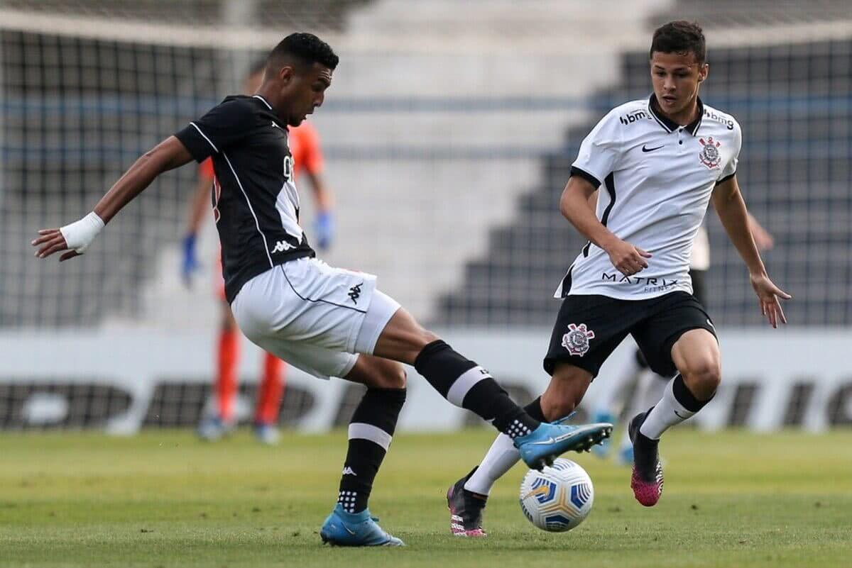 Menezes, capitão do Vasco, em ação contra o Corinthians
