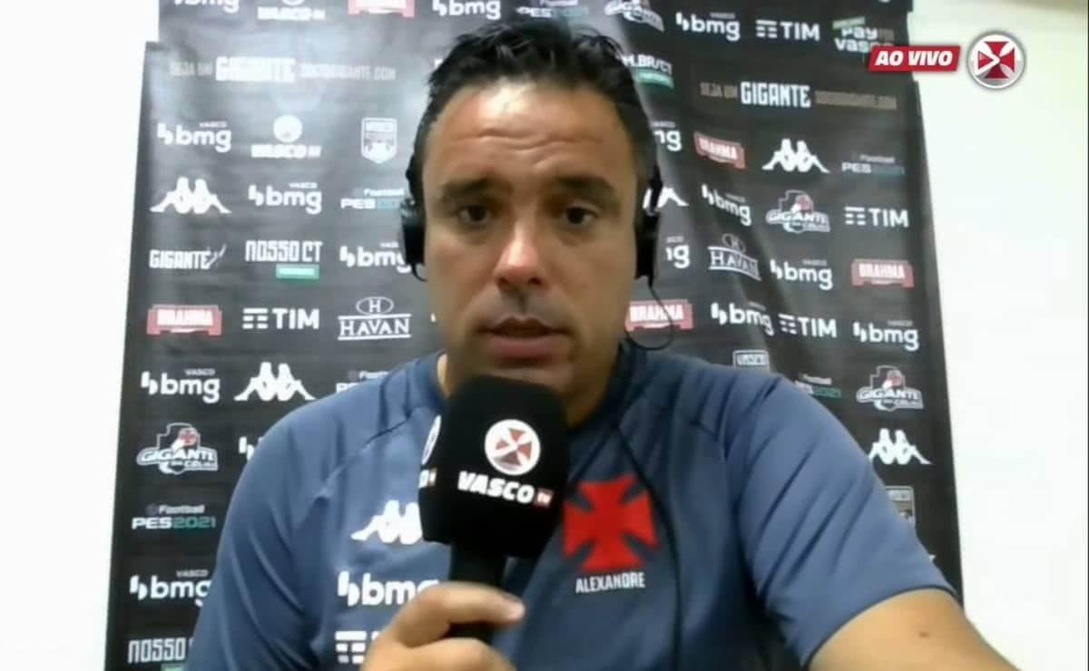 Alexandre Gomes durante coletiva após empate com o CSA