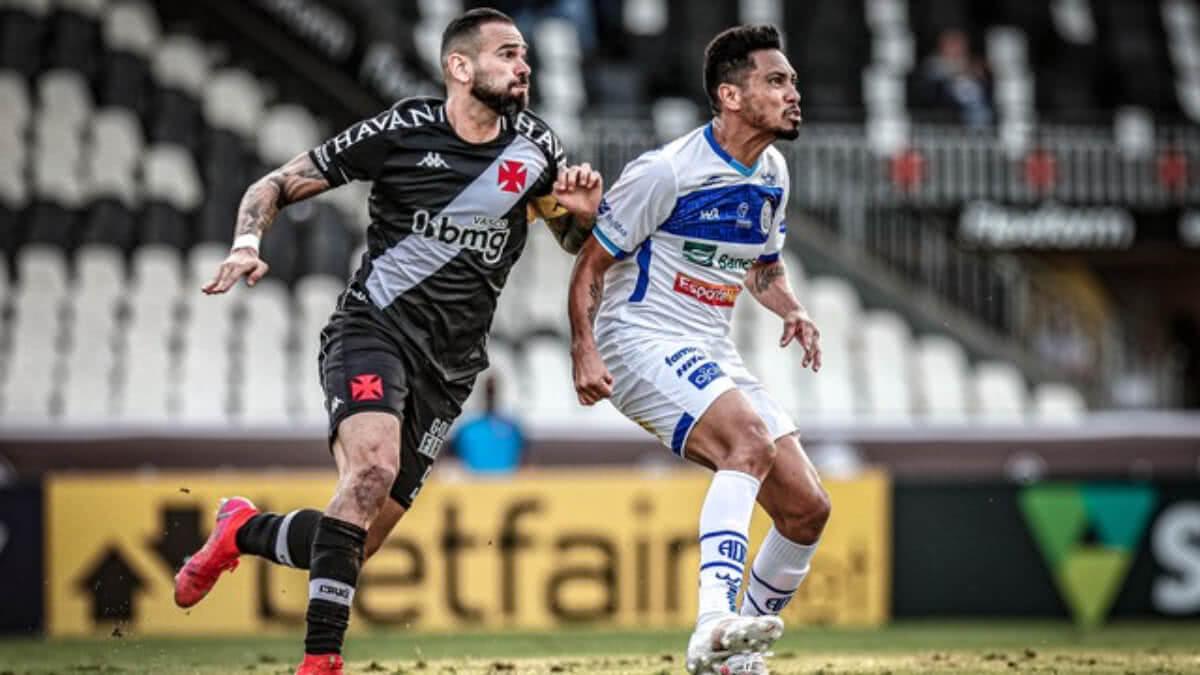 Castan disputa bola com Hernane Brocador