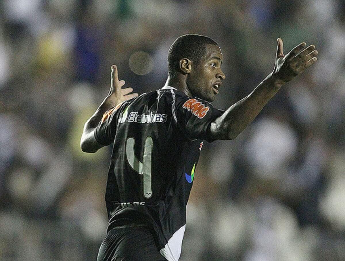 Dedé em ação pelo Vasco na Copa Sul-Americana 2011