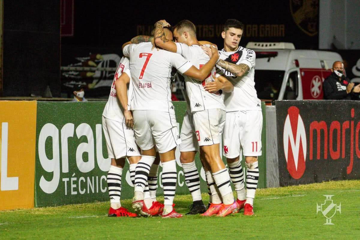 Jogadores do Vasco comemorando gol contra o Guarani