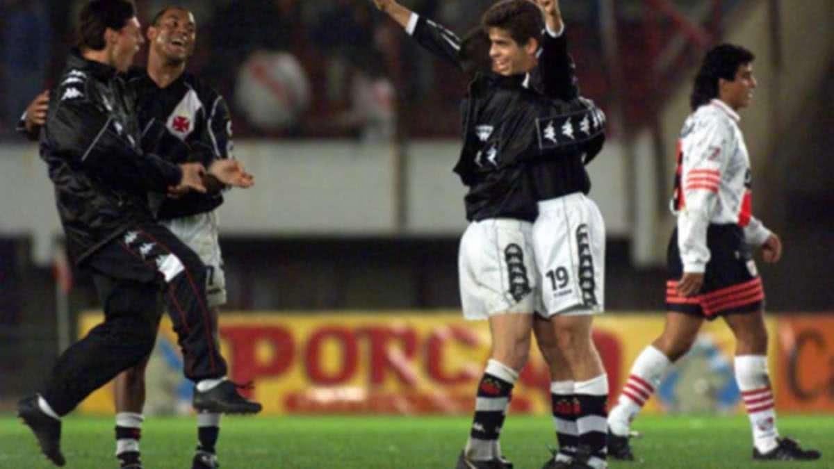 Juninho Pernambucano comemora após golaço de falta