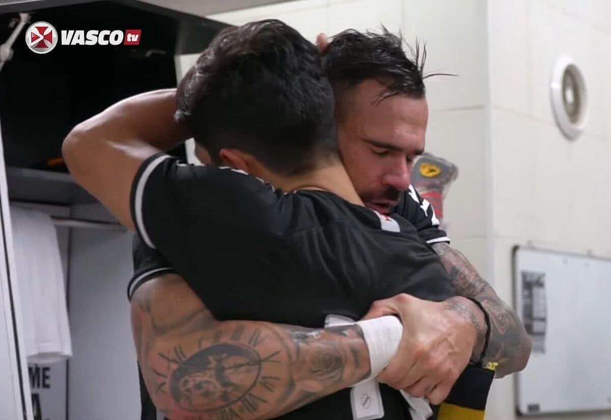 Leandro Castan e Germán Cano se abraçando após Vasco 1 x 0 Sampaio Corrêa