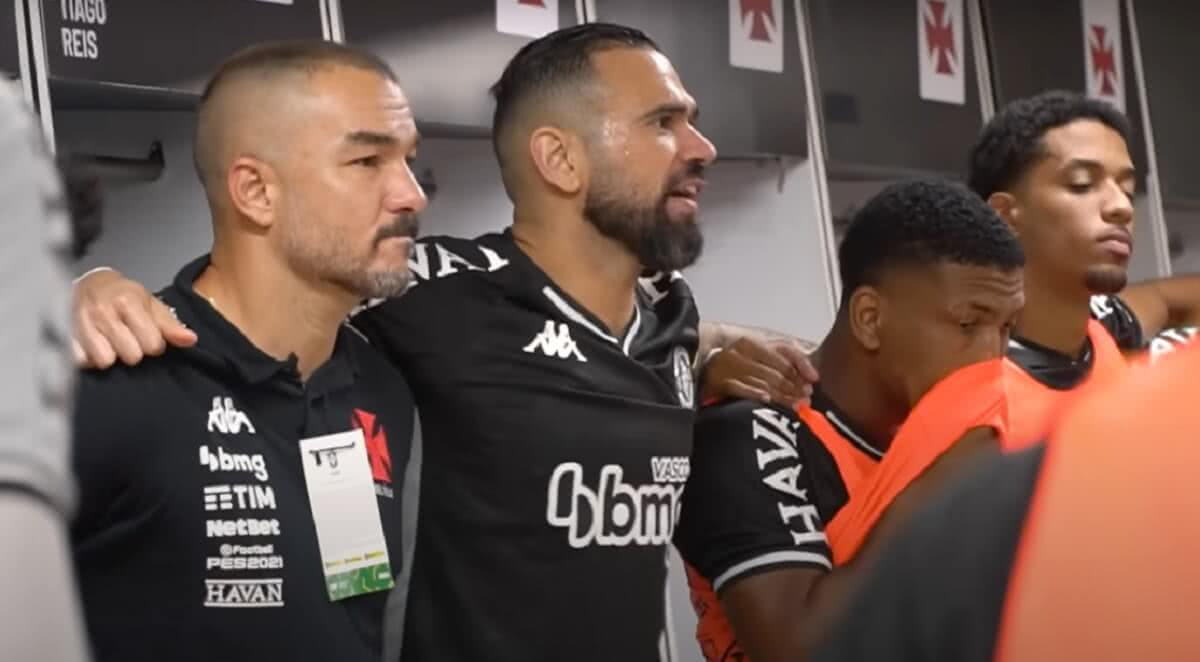 Leandro Castan incentivando o time do Vasco antes da vitória por 1x0 sobre o Sampaio Corrêa