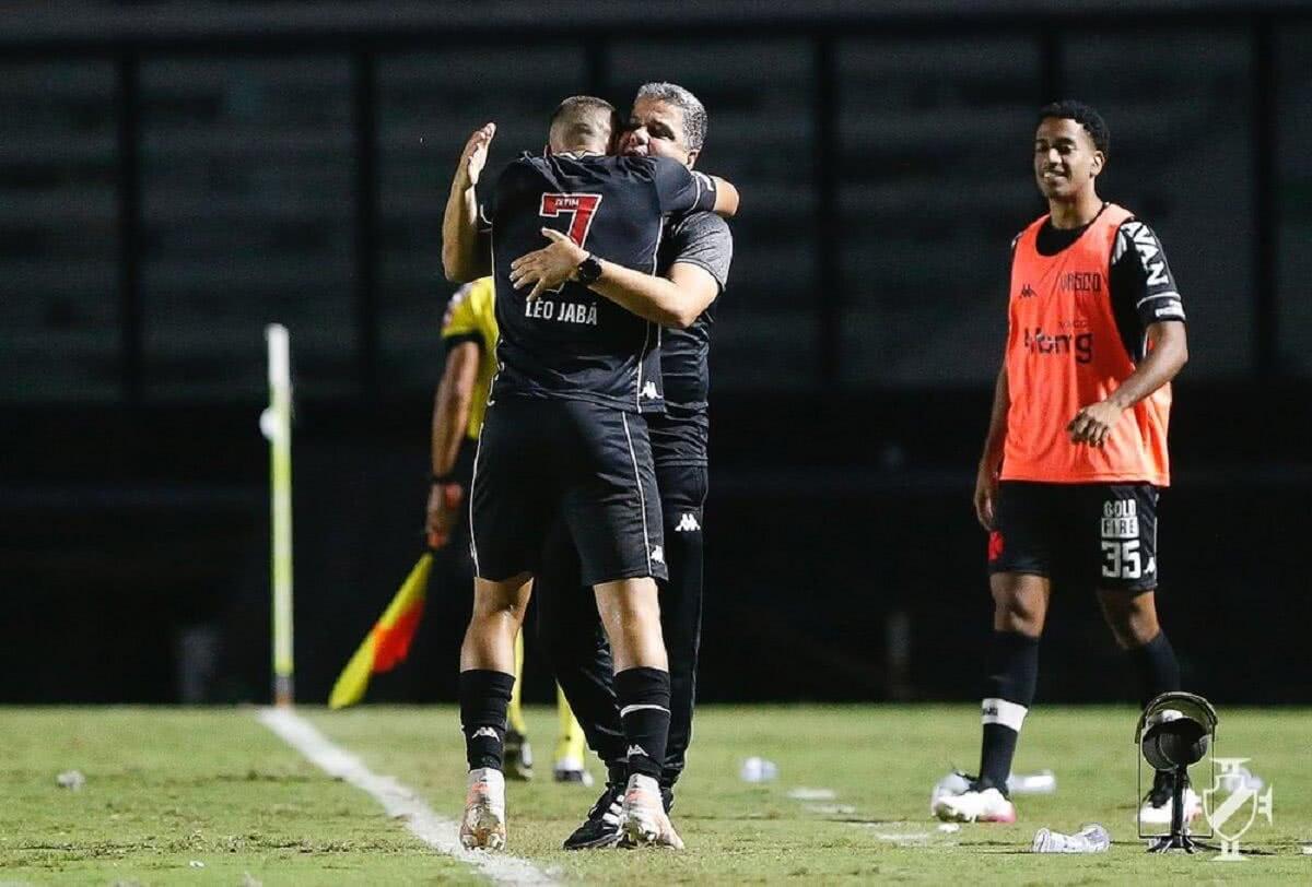 Léo Jabá abraçando Marcelo Cabo após marcar seu 1º gol pelo Vasco