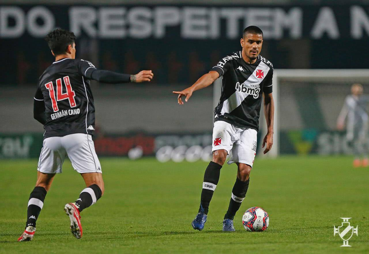 Léo Matos e Germán Cano em jogo contra o Coritiba