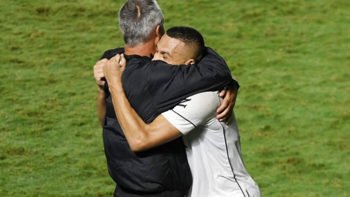 Lisca abraça Léo Jabá em sua estreia pelo Vasco