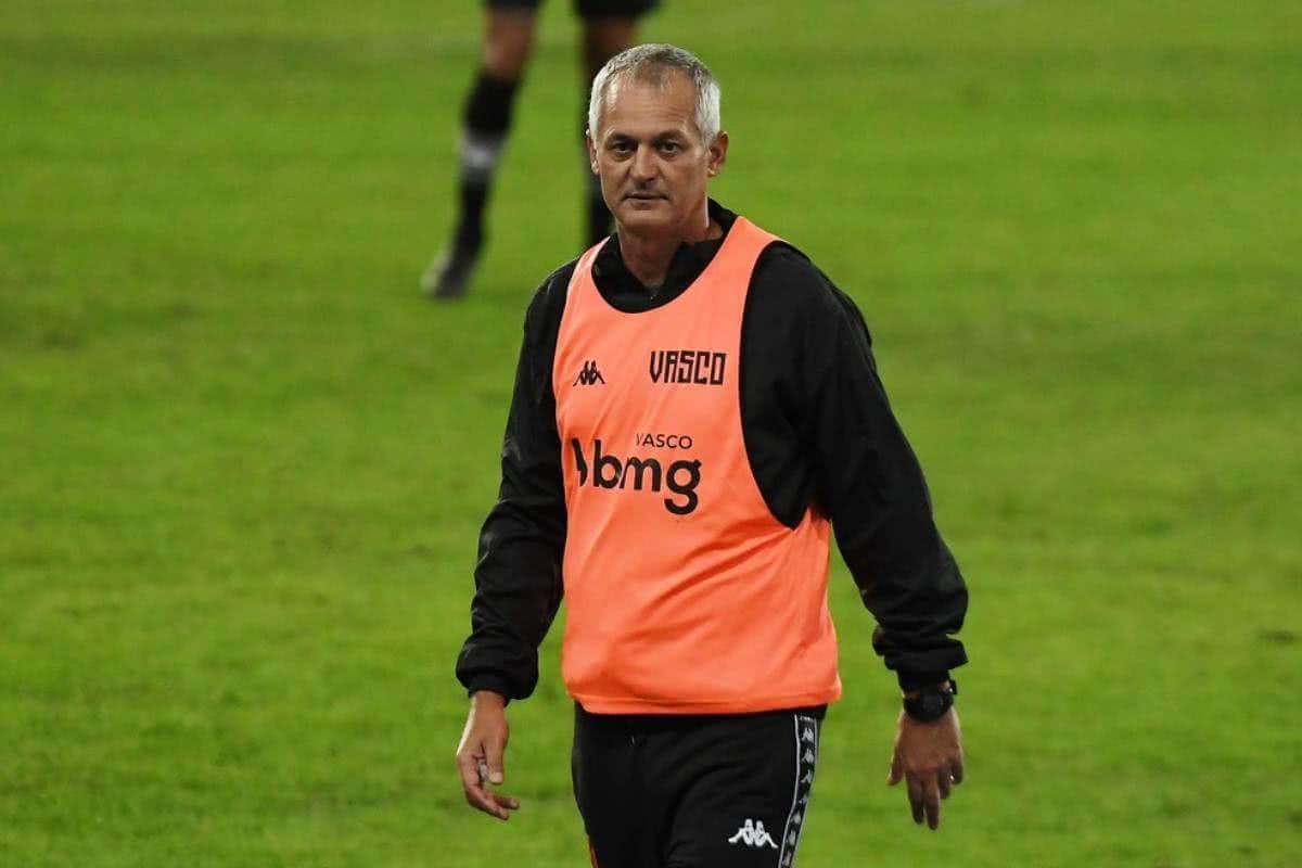 Lisca durante jogo contra o Botafogo