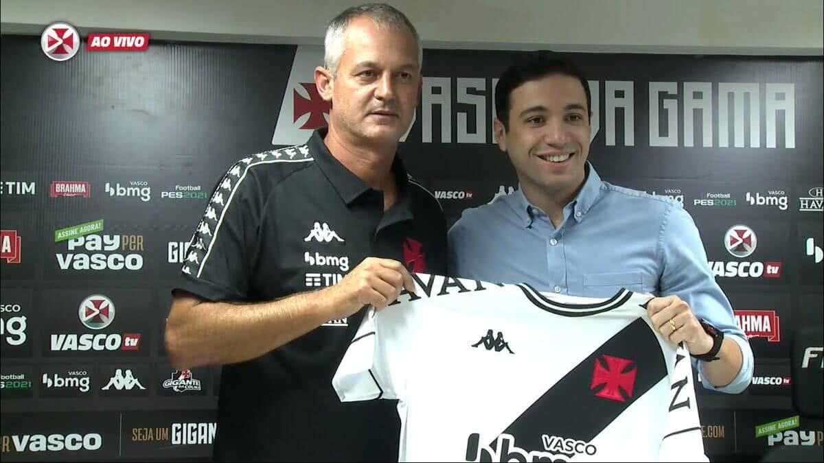 Lisca e Alexandre Pássaro durante apresentação do treinador no Vasco