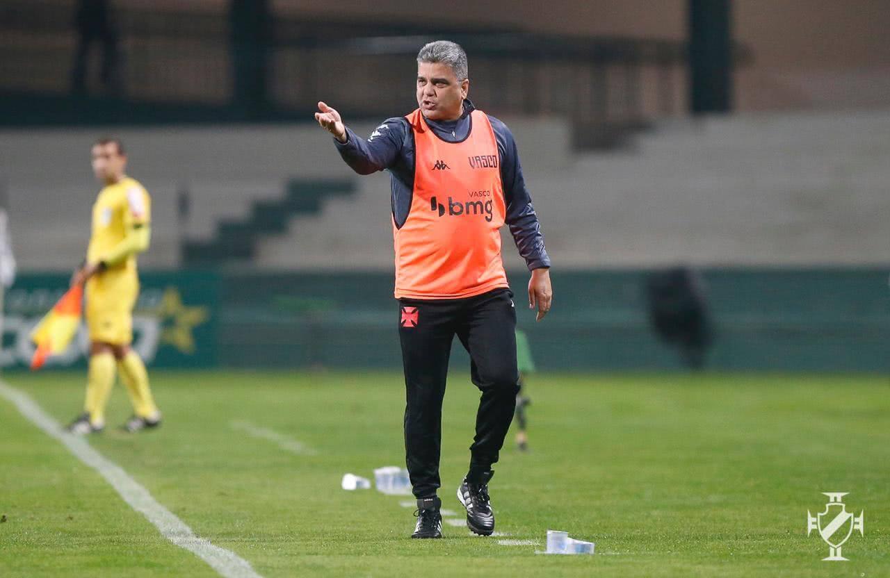 Marcelo Cabo orientando o time contra o Coritiba
