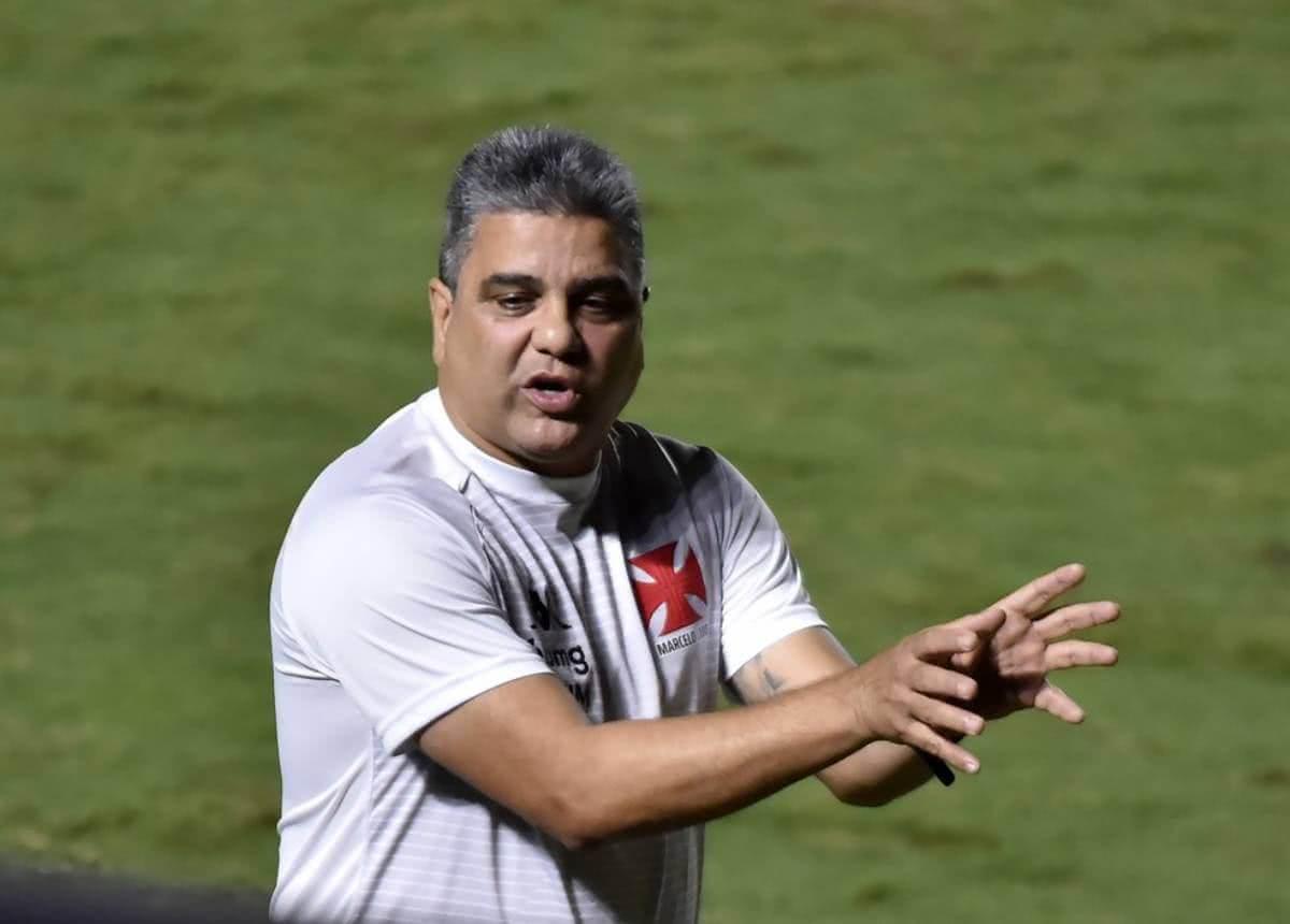 Cabo orientando o time durante o jogo contra o Sampaio Corrêa