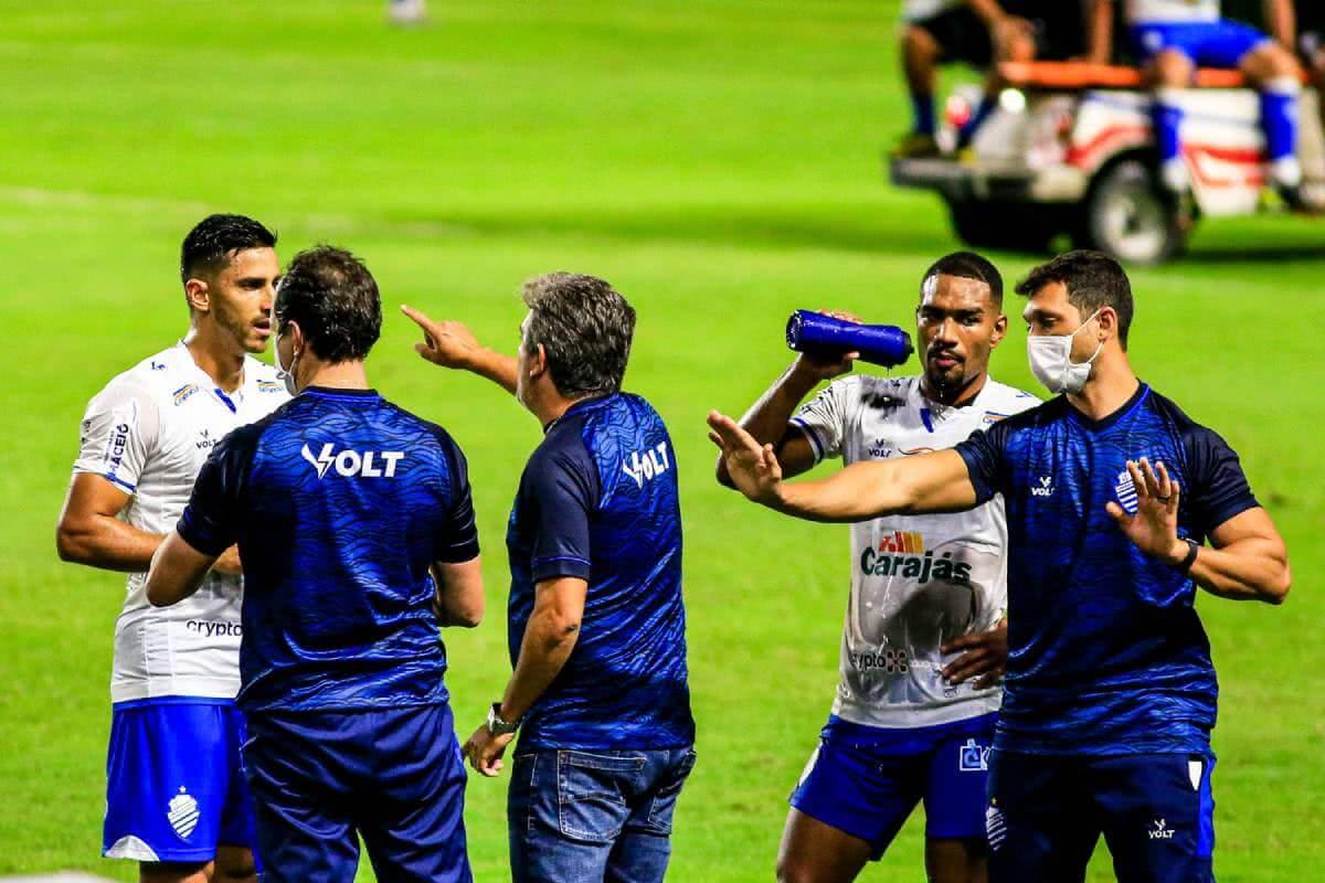 Ney Franco orientado os jogadores do CSA