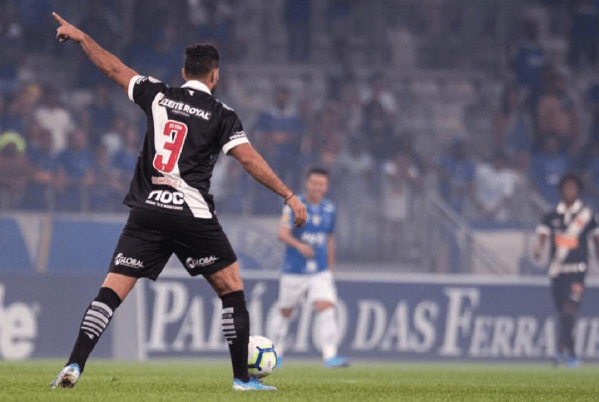 Oswaldo Henríquez atuando pelo Vasco contra o Cruzeiro