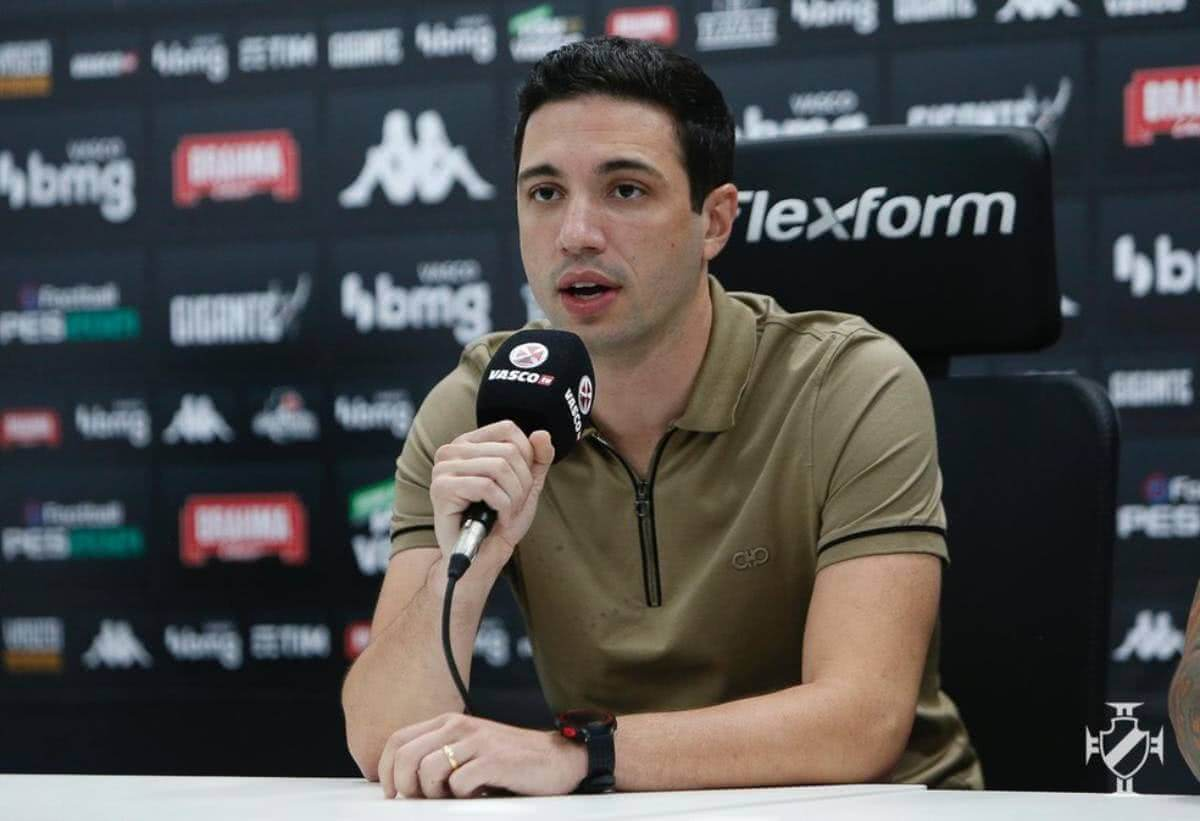 Alexandre Pássaro durante entrevista coletiva na Vasco TV