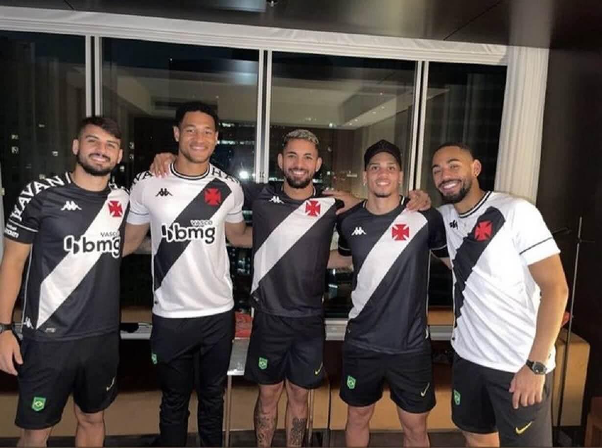 Jogadores da Seleção Olímpica vestidos de Vasco