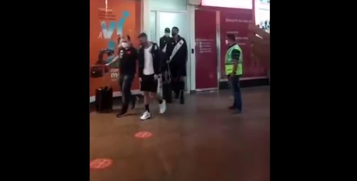 Torcedores do Vasco protestam na chegada do elenco em Alagoas